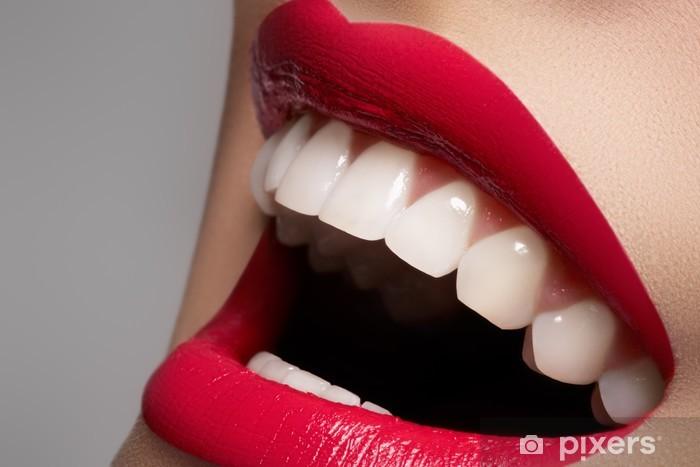 Fototapeta winylowa Zbliżenie Szczęśliwa kobieta uśmiech ze zdrowymi białymi zębami - Tematy