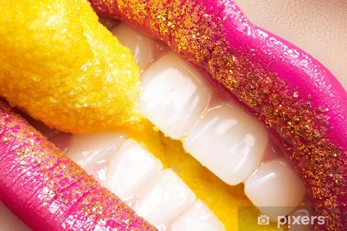 Carta da Parati in Vinile Sorriso con la moda make-up, denti bianchi e caramelle vacanza - Temi
