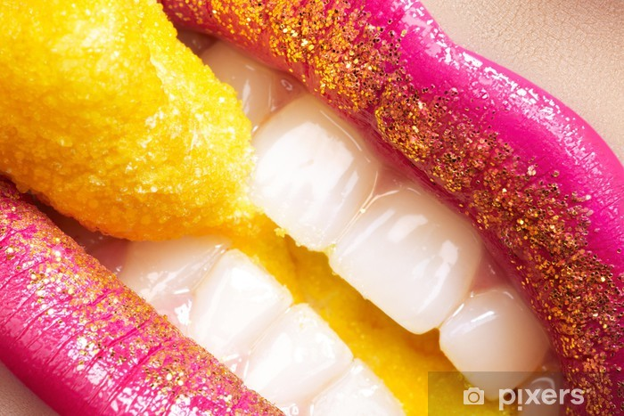 Vinyl Fotobehang Glimlach met fashion make-up, witte tanden en vakantie snoep - Thema's