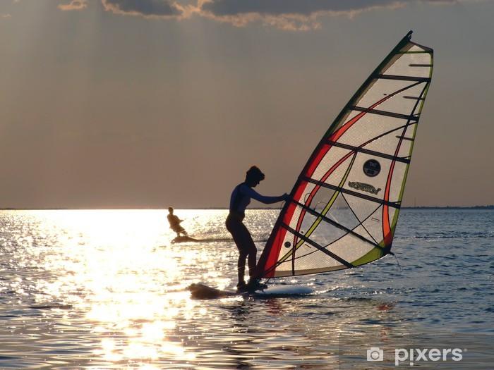 Papier peint vinyle Une des femmes est d'apprendre la planche à voile au coucher du soleil - Sports aquatiques