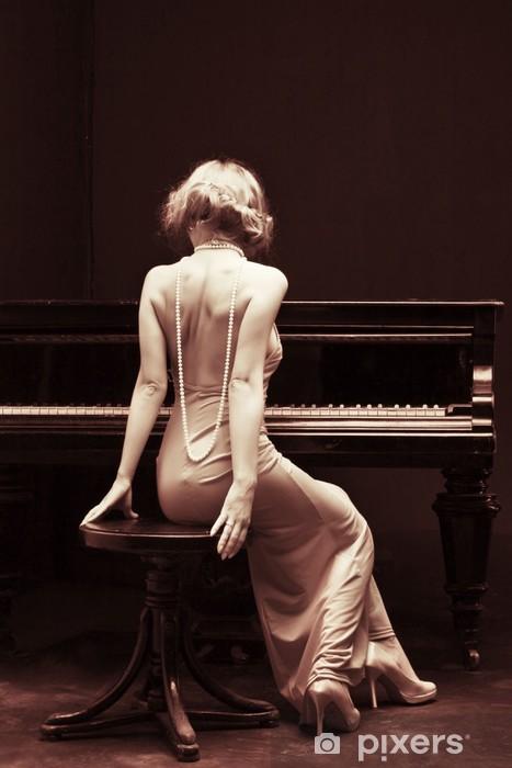 Papier peint vinyle Belle jeune femme attrayante en robe de cocktail et piano - Piano à queue