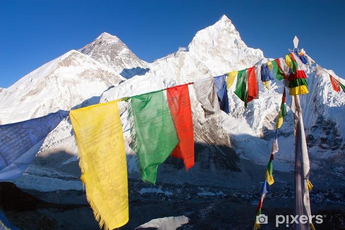 Papier peint vinyle Voir l'Everest avec des drapeaux de prière bouddhistes de Kala Patthar - Thèmes
