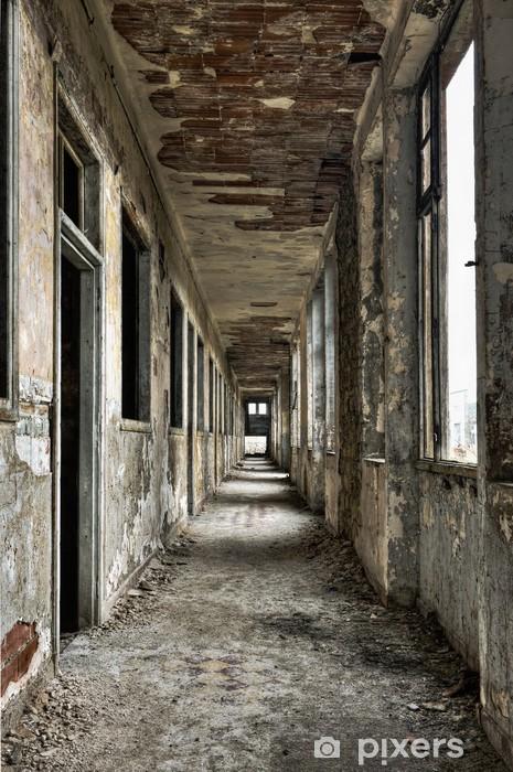 Naklejka Pixerstick Długo pusty korytarz i drzwi w opuszczonym budynku -