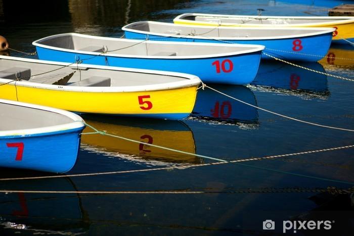 Papier peint vinyle Rangée de bateaux bleus et jaunes colorés - Bateaux