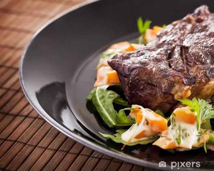 Fototapeta winylowa Grillowany stek wołowy na tabliczce - Mięso