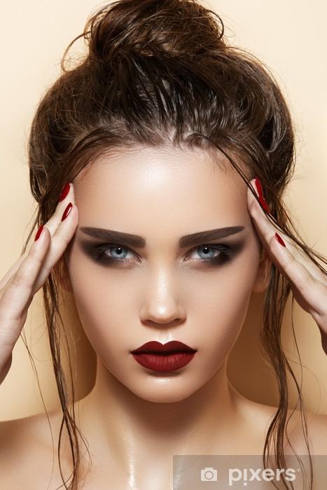 Sticker Modele Avec Des Levres Sexy Maquillage Sourcils Forts Humide Coiffure Chignon Pixers Nous Vivons Pour Changer
