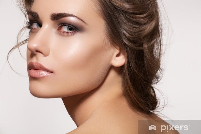 Vinilo Pixerstick Modelo de mujer hermosa con maquillaje de moda, peinado ondulado - Temas