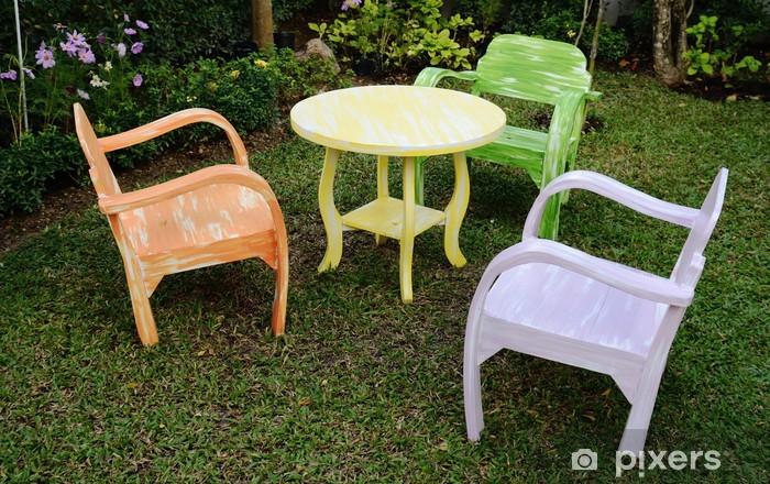 Papier peint Les trois chaises en bois avec accoudoirs et jaune table ronde