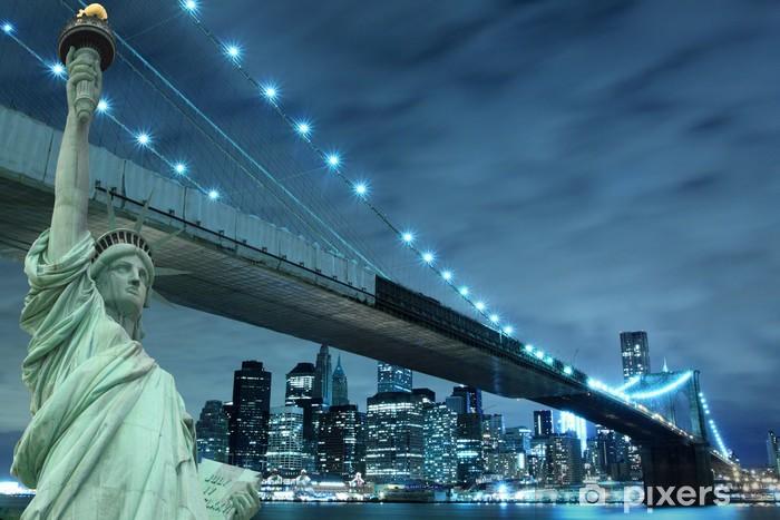 Vinilo Pixerstick Puente de Brooklyn y la Estatua de la Libertad en la noche - Destinos
