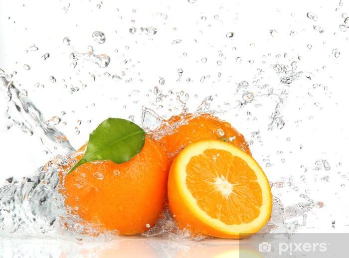 Fototapeta winylowa Pomarańczowe owoce i plusk wody - Przeznaczenia