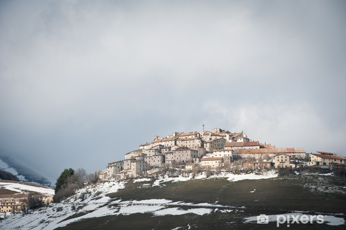 Vinyl Fotobehang Castelluccio di Norcia, Italië. Wintertijd met sneeuw. - Europa