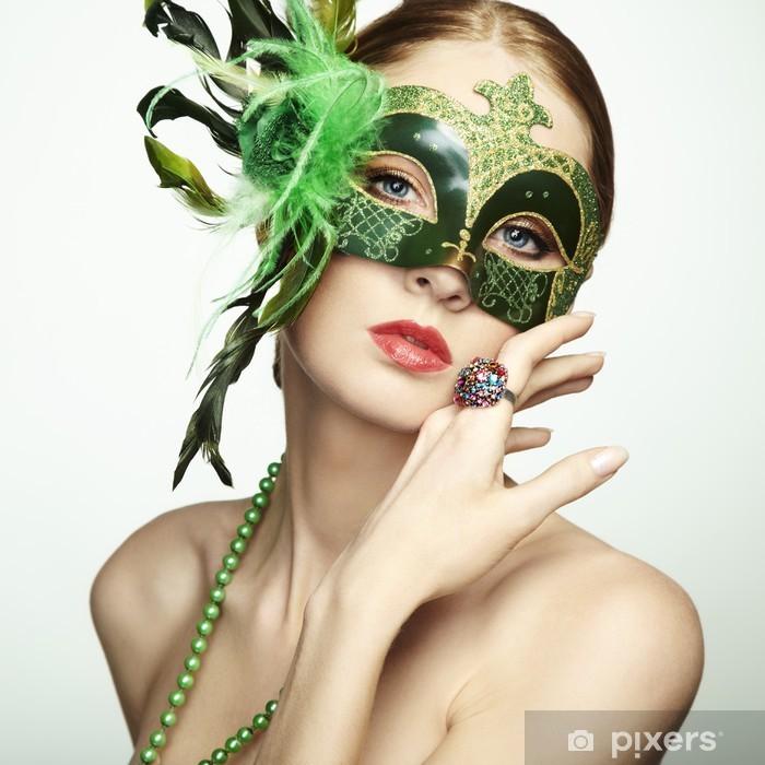 Papier peint vinyle La belle jeune femme dans un masque vénitien vert mystérieux - Femmes