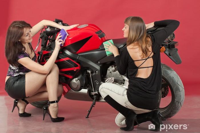 Vinyl Fotobehang Twee jonge meisjes wassen van een fiets, op rode achtergrond - Overige