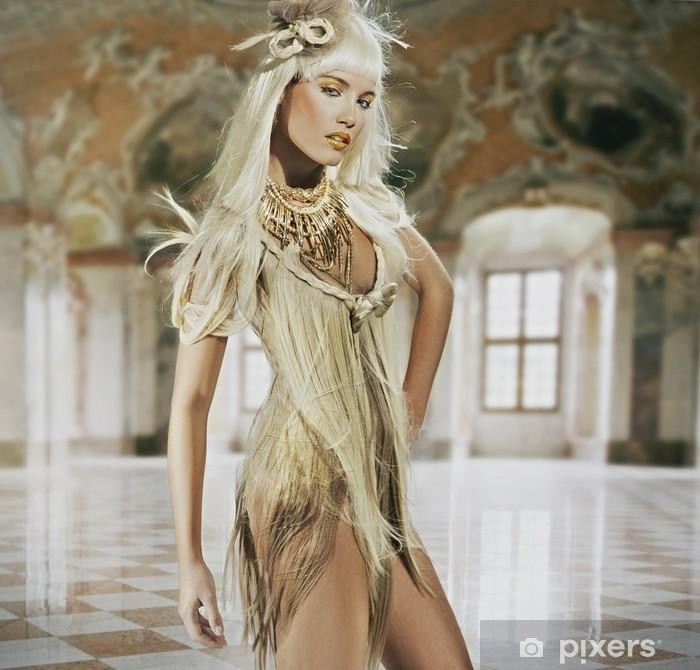 Poster Belle jeune femme debout dans un intérieur élégant - Femmes