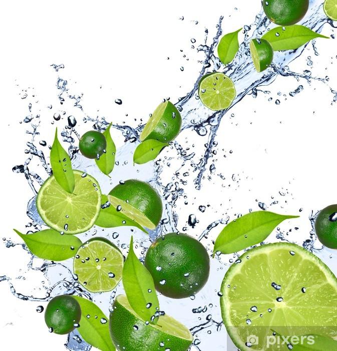 Papier peint vinyle Limes tombant dans les projections d'eau, isolé sur fond blanc - Destin