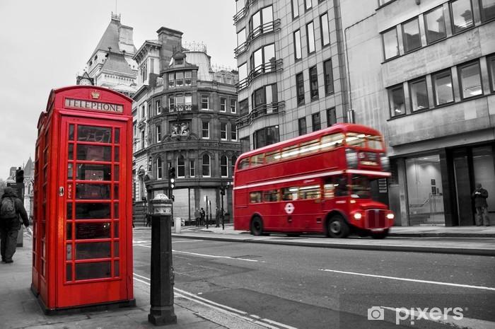 Fototapeta samoprzylepna Czerwona budka telefoniczna i autobusów w Londynie (Wielka Brytania) - Style