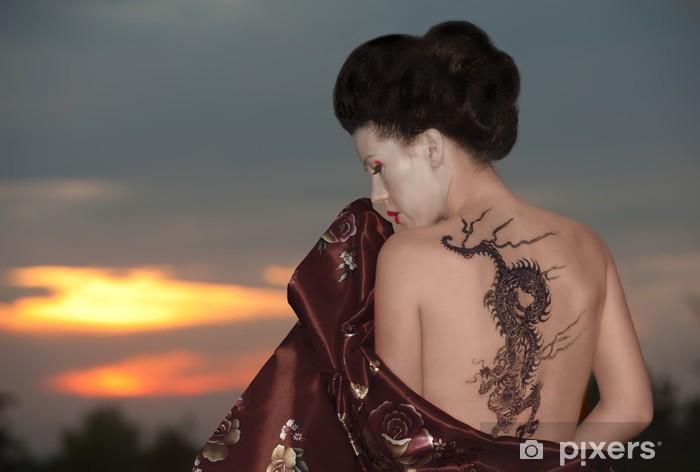 Vinilo Pixerstick Geisha con el tatuaje del dragón - Tatuajes