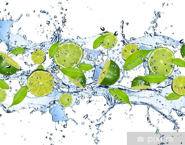 Papier peint vinyle Limes fraîches dans les projections d'eau, isolé sur fond blanc -
