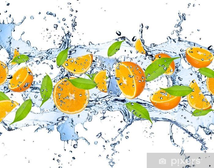 Fototapeta winylowa Świeże pomarańcze w plusk wody, na białym tle - Owoce