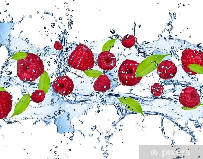 Fototapeta winylowa Świeże maliny w plusk wody, na białym tle - Maliny