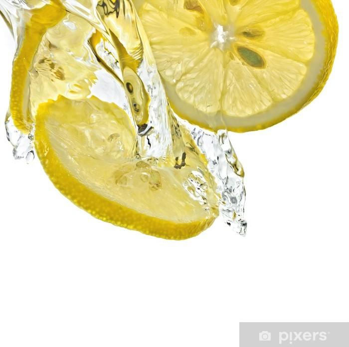 Fototapeta winylowa Cytryna plasterki w plusk wody, białym tle, izolowane - Owoce