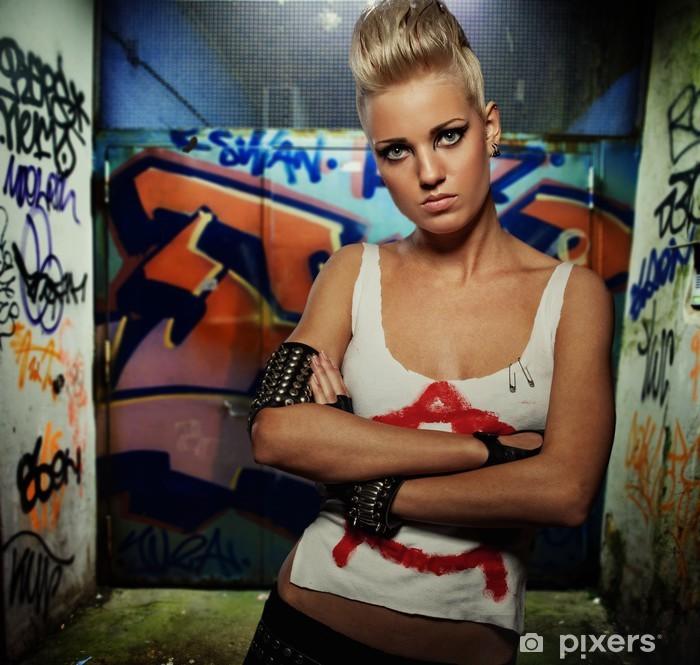 Fototapeta winylowa Punk girl na graffiti malowane bramy - Moda