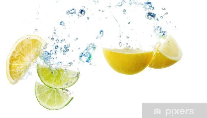 Vinyl Fotobehang Schijfjes citroen en kalk in het water - Criteo