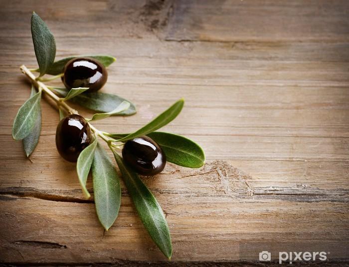 Papier peint vinyle Olives sur un fond de bois - Olives