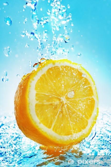 Fototapeta winylowa Plusk wody na cytryny -