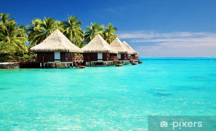 Fototapeta winylowa Ponad bungalowy wody z kroków w niesamowity laguny - Palmy