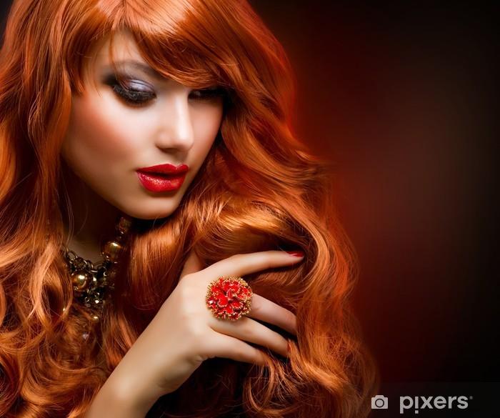 Fototapeta winylowa Czerwone faliste włosy. Moda portret dziewczyny - Tematy