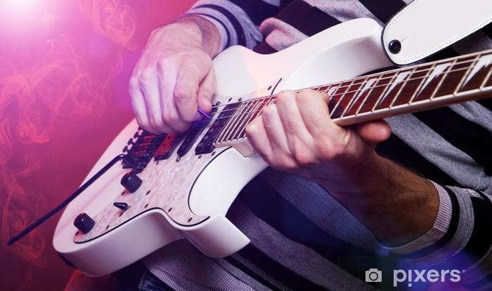 Vinylová fototapeta Mladý muž hudebník s bílou kytarou - Vinylová fototapeta