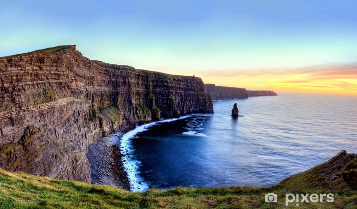 Fototapeta zmywalna Panoramiczny widok Klify Moher w Irlandii, o zachodzie słońca. - Tematy