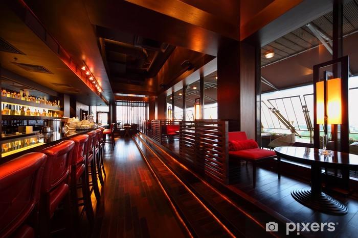 Vinilo Pixerstick Fila de mesas, sillas y barra de bar con sillas en el restaurante - Comercios