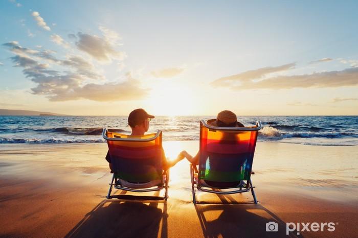 Vinylová fototapeta Šťastný romantický pár se těší krásný západ slunce na pláži - Vinylová fototapeta