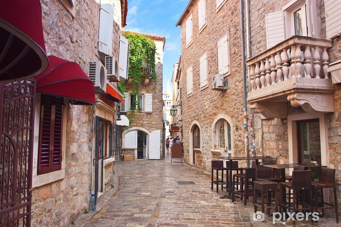 Fototapeta winylowa Zobaczyć wąskiej uliczce w starej dzielnicy miasta Budva, Czarnogóra - Tematy