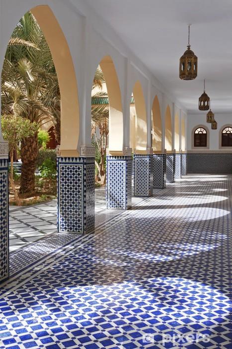 Vinyl-Fototapete Innenhof mit Arkaden und Fliesen im marokkanischen Stil in Rissani - Afrika