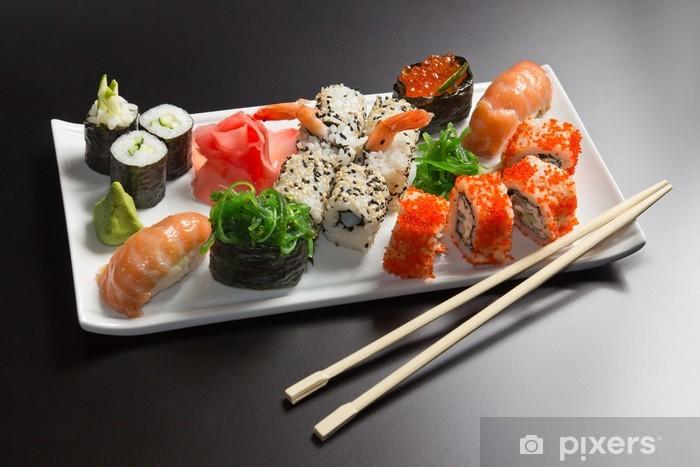 Papier peint vinyle Fruits de mer japonais sushi, rouleau et baguettes sur une plaque blanche - Sushi