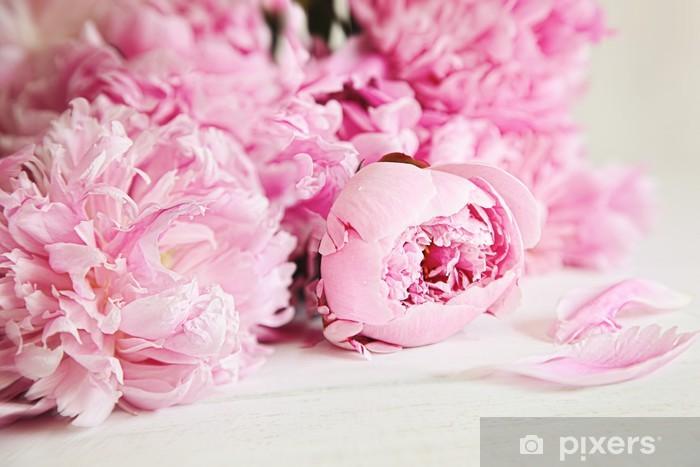Fototapeta winylowa Różowe kwiaty piwonii na powierzchni drewna - Style