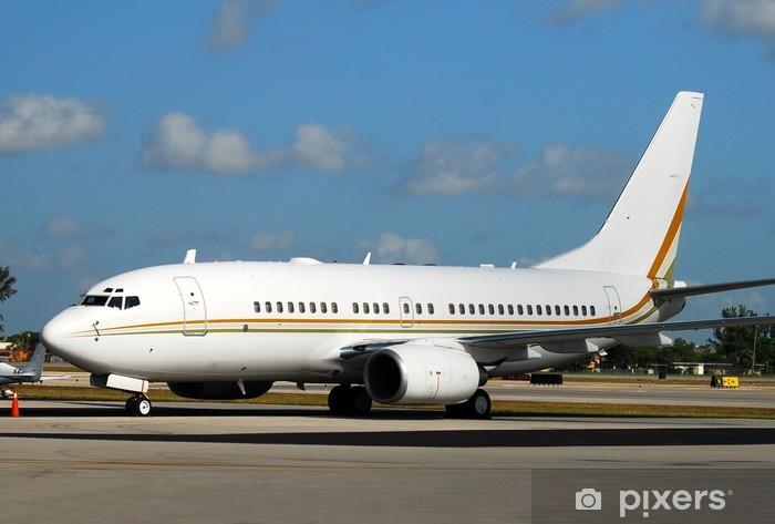 Naklejka Pixerstick Nowoczesny samolot pasażerski w oczekiwaniu na lot na pasie startowym - Transport powietrzny