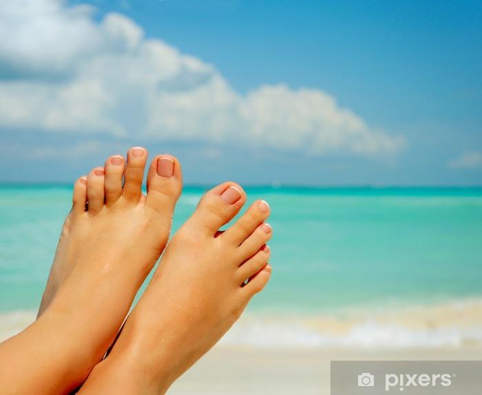 Pixerstick Aufkleber Vacation Concept. Frau Bare Feet über Meer Hintergrund - Urlaub