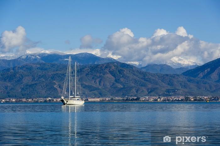 Nálepka Pixerstick Plachtění Megayacht na úžasné hory pozadí - Lodě