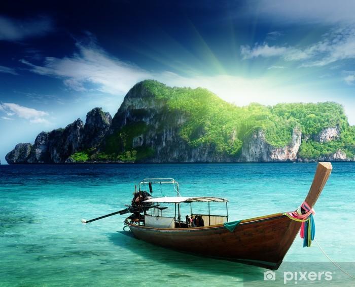 Papier peint vinyle Bateau sur l'île de Phi Phi en Thaïlande - Thèmes