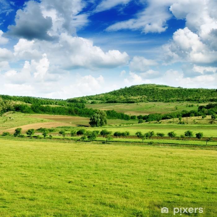 Plakat Górzysty teren i błękitne niebo. - Niebo