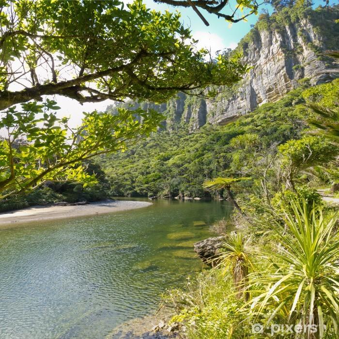 Fototapeta winylowa Soczysta zieleń dżungli wzdłuż rzeki, NZ Pororai - Tematy