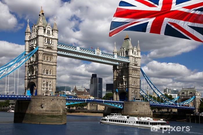 Fototapeta winylowa Tower Bridge z łodzi i flagi Anglii w Londynie - Tematy