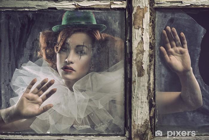 Fototapeta winylowa Samotna smutna kobieta pierrot za szkłem - Kobiety