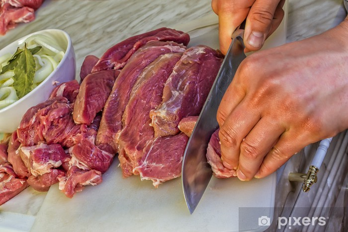 como cortar carne cruda