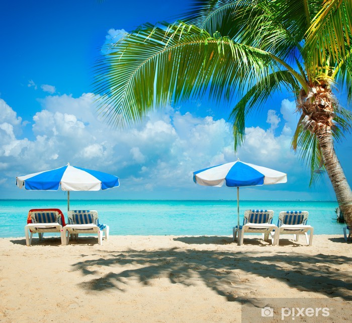 Pixerstick Sticker Vakantie en toerisme concept. Ligbedden op het strand paradijs - Palmbomen