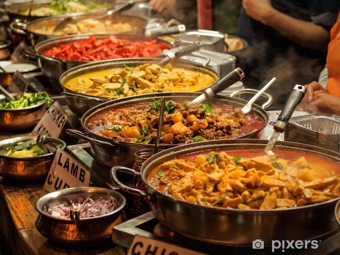 Fototapeta winylowa Oriental food - Indian takeaway na rynku londyńskim w - Posiłki